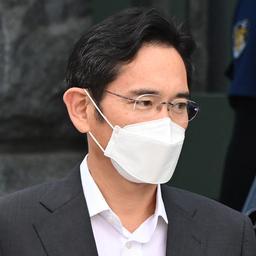 Samsung-topman voorwaardelijk vrijgelaten uit gevangenis